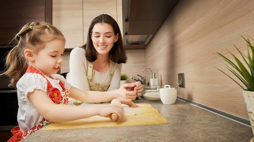 Giúp đỡ con cũng là cách ba mẹ khuyến khích con làm việc nhà