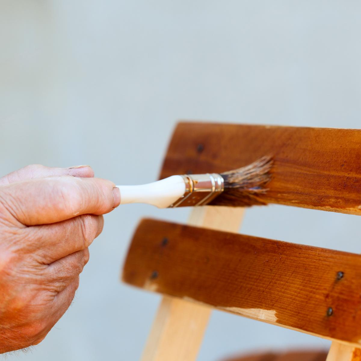Sơn là đồ cũ là cách làm hô biến chiếc ghế khoác lên