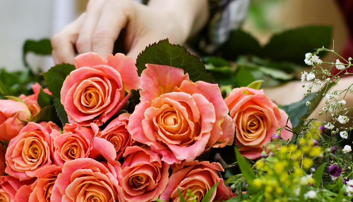4 Lý Do Vì Sao Bạn Nên Cắm Hoa Tươi Trong Phòng