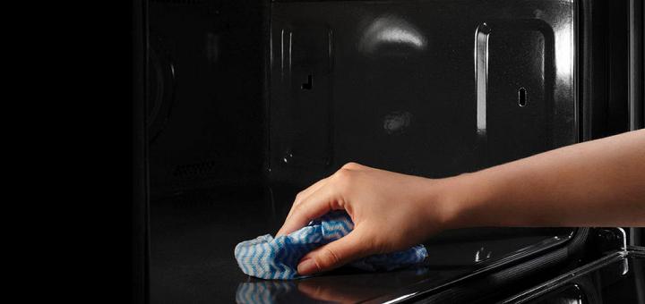Vệ sinh lò nướng thường xuyên giúp loại bỏ các vết dầu mỡ bám cặn lâu ngày
