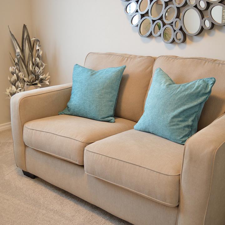 Sử dụng khăn ướt là cách làm sạch ghế Sofa dính lông thú cưng hiệu quả
