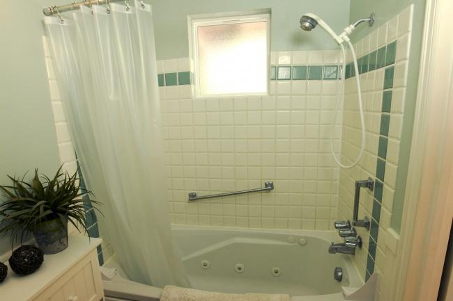 Để nhà sạch thì đừng quên lau dọn gạch phòng tắm mỗi ngày nhé!