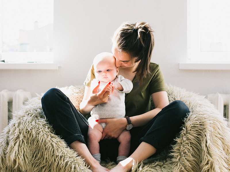 Chăm sóc con nhỏ khi không có người giúp việc là một vấn đề nan giải đối với nhiều bà nội trợ.