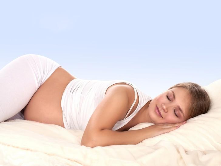 Tư thế ngủ đúng cách cho bà bầu: Nằm sấp