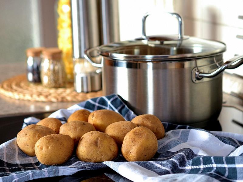 Mẹo vặt nhà bếp: Cách tẩy sạch rỉ sét với khoai tây